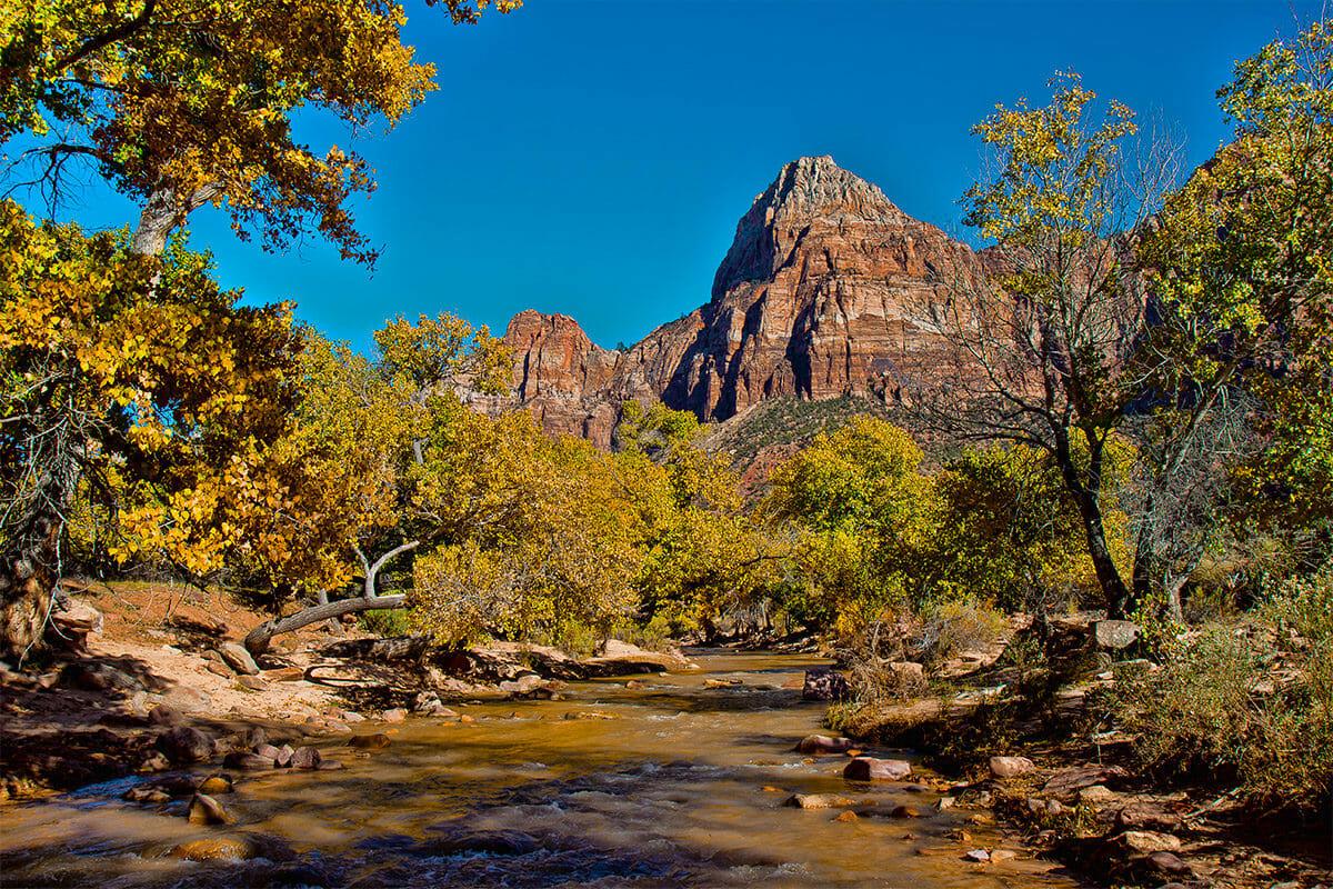 נהר הבתולה הזורם בפארק הלאומי ציון
