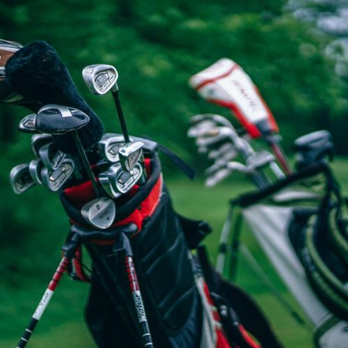 兩個裝滿球桿的高爾夫球袋