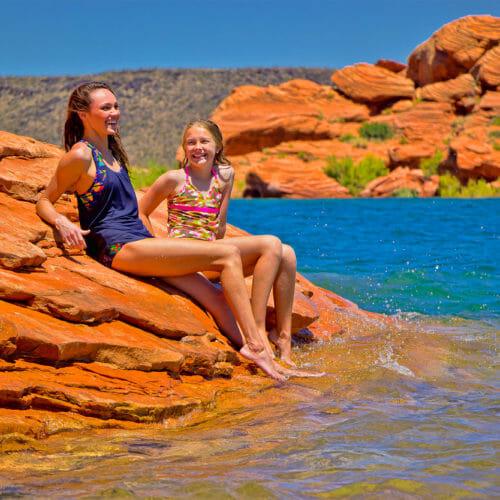 Twee meisjes zonnebaden in Sand Hollow