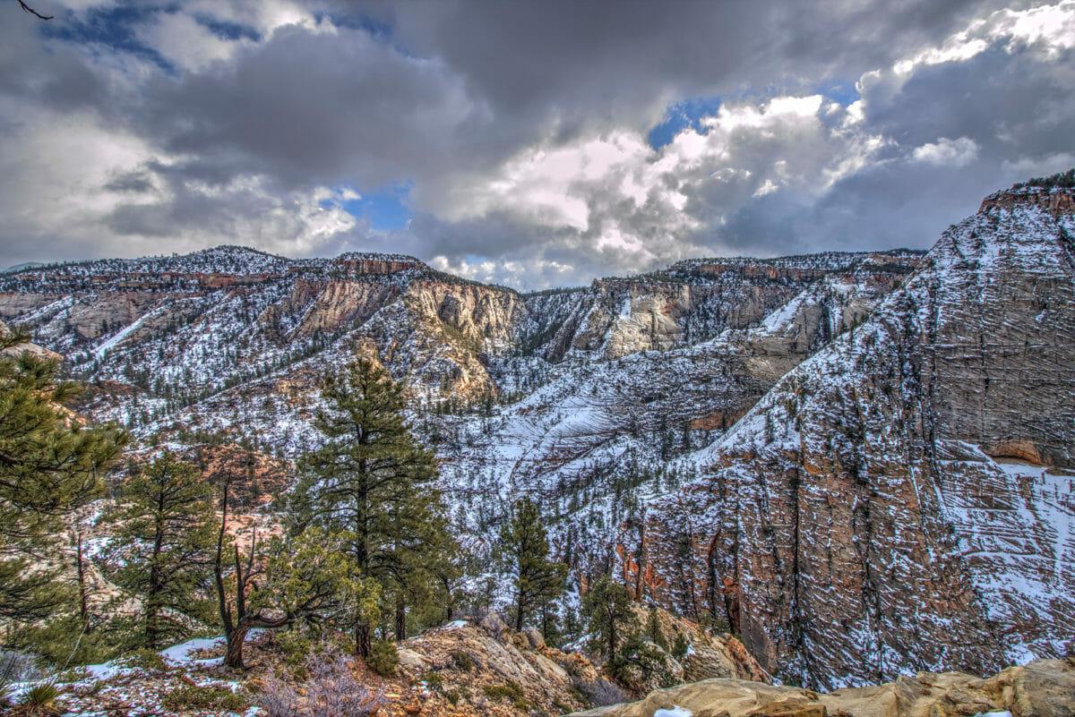 Sakop ng Zion National Park ang isang sariwang amerikana ng niyebe