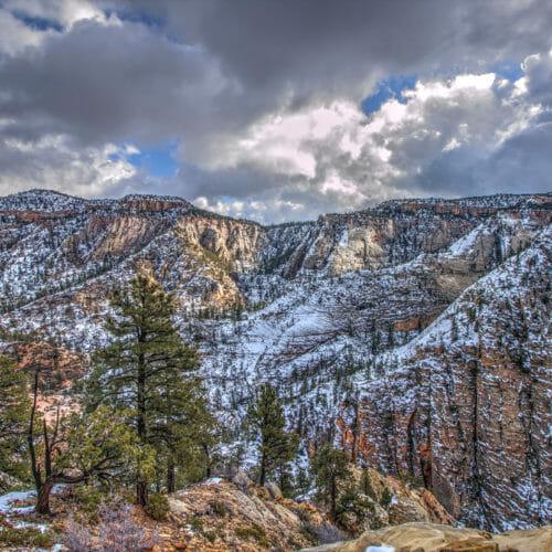 Ziono nacionalinis parkas padengtas gaiviu sniego sluoksniu