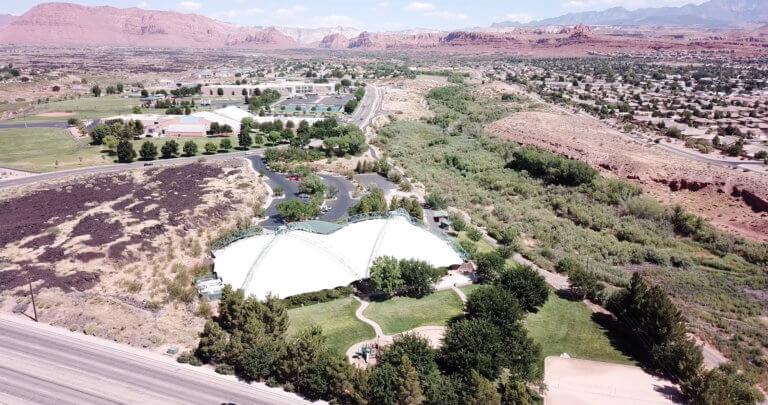 Vista aerea dell'edificio bianco tendato circondato da rocce laviche