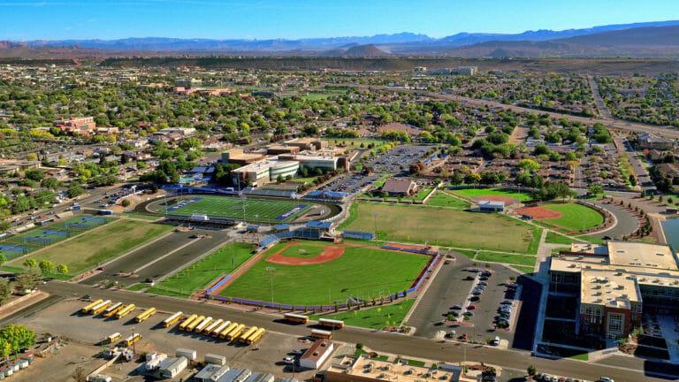 نمای هوایی دبیرستان با زمین های ورزشی