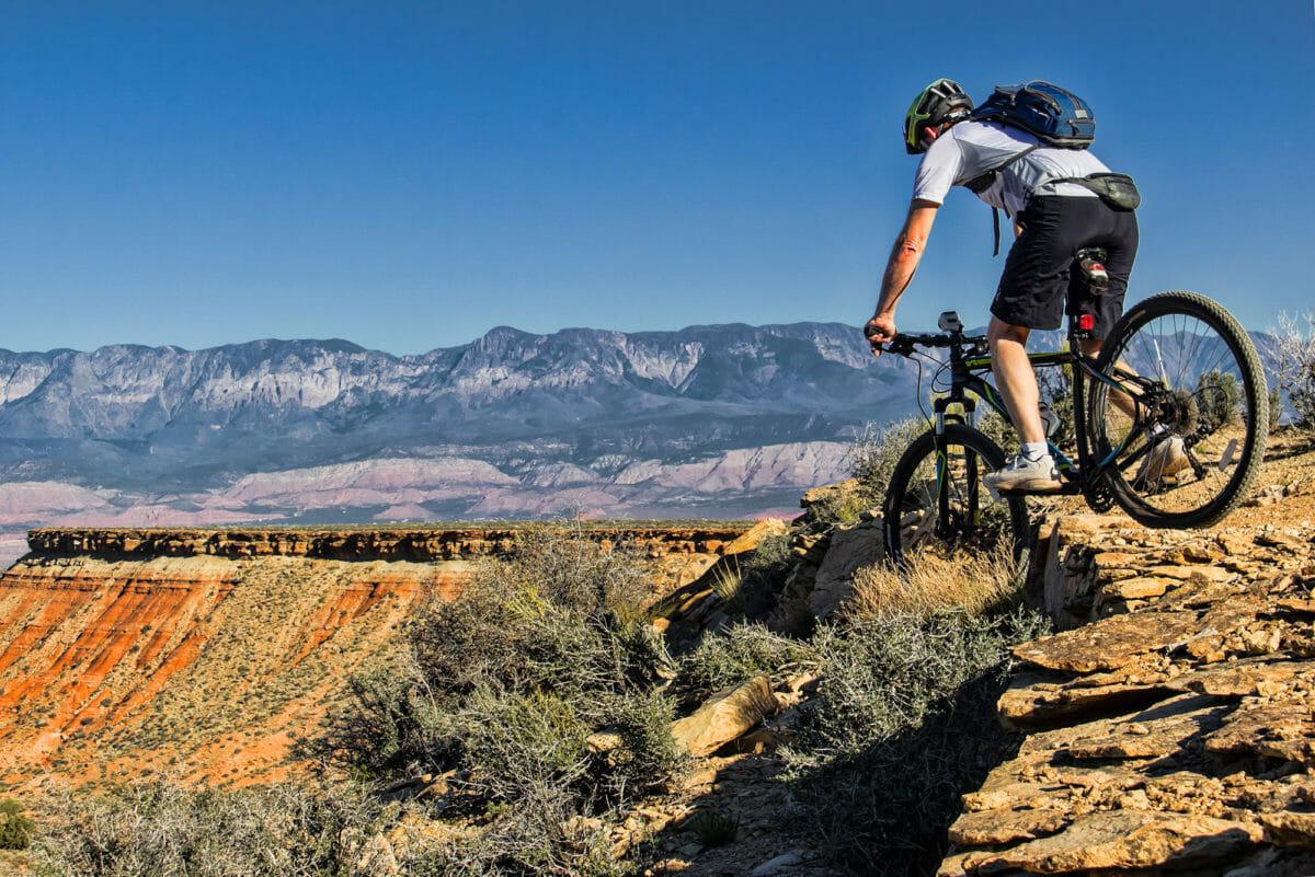 איש רכיבה על אופני הרים נופל לקניון