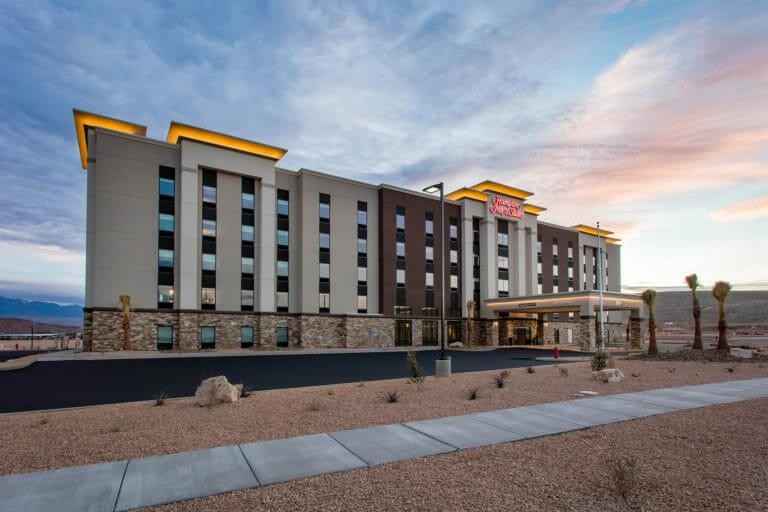 Tampilan sudut lebar hotel saat matahari terbenam