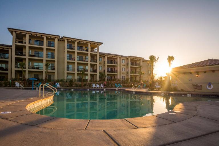 Complexe dans le désert avec piscine extérieure et bain à remous