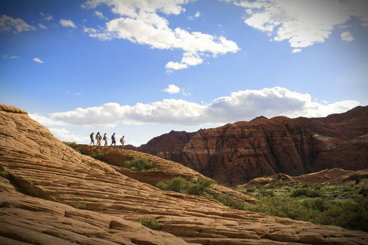 Grupo de caminhantes na paisagem do deserto