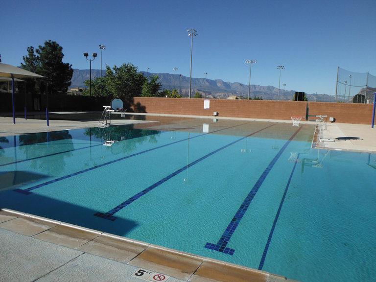 Vier Bahnen im Schwimmbad