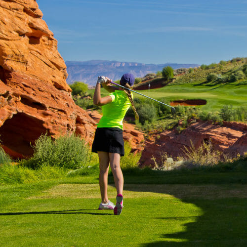 Femme jouant au golf à Sand Hollow Resort