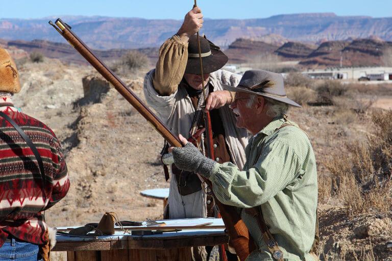 Männer laden Schwarzpulvergewehre