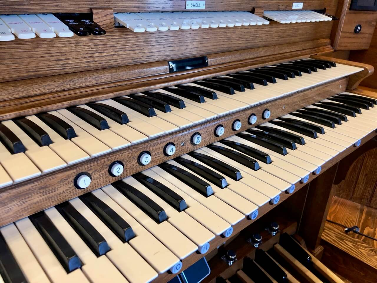 Two-tiered keys of an organ