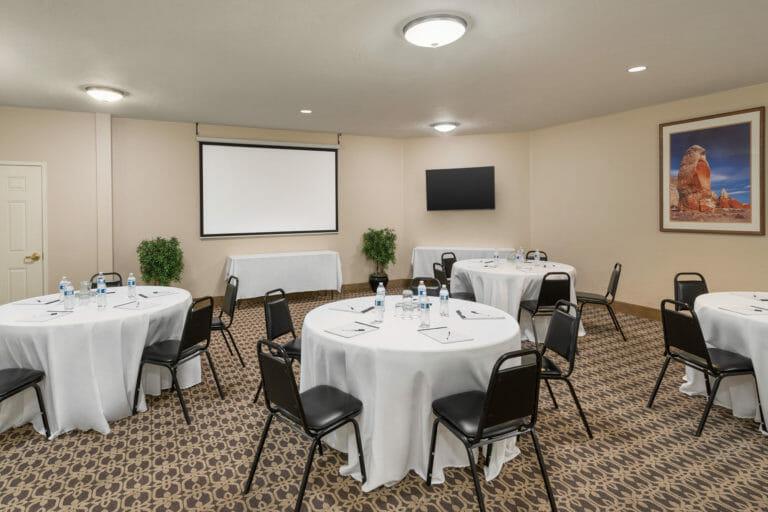 Sala de reuniões de hotel com mesas e cadeiras redondas