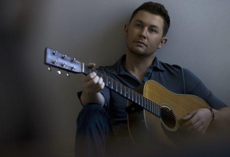 mies soittaa kitaraa