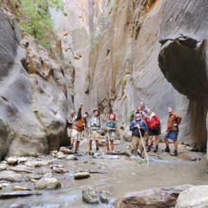 峡谷の壁を指して人々